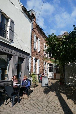 Hautvillers, Francia: Man sitzt hier draussen in der Sonne.