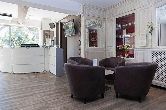 Hall d\'entrée, petit salon - Picture of L\'Etape Hotel Restaurant ...