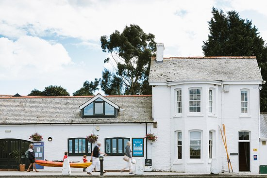 Kingsmoor Cottage sits right on the Harbour Front in Mylor near