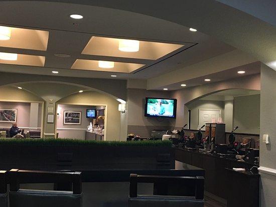 La Quinta Inn & Suites San Antonio Airport: Lobby. Breakfast area and elevator.