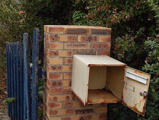 Saint James, France: La boîte aux lettre vous donne une idée de la maison