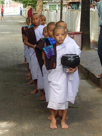 Amarapura, Birma: Young novice monks