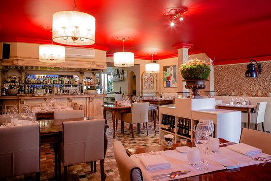 https://media-cdn.tripadvisor.com/media/photo-s/0d/4d/0c/c6/interieur-restaurant.jpg