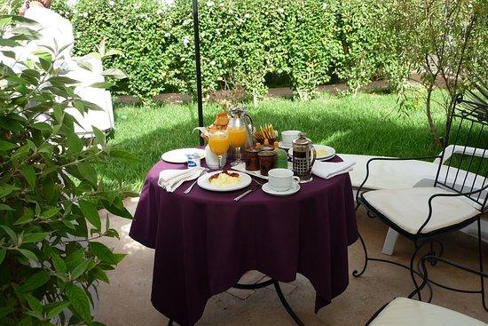 Hotel Dar Zitoune: Ontbijt op ons terrasje bij de berbertent