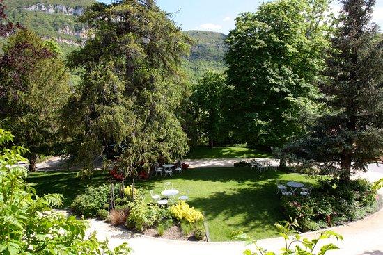 Creissels, Frankrike: Le jardin, vu d'un couloir