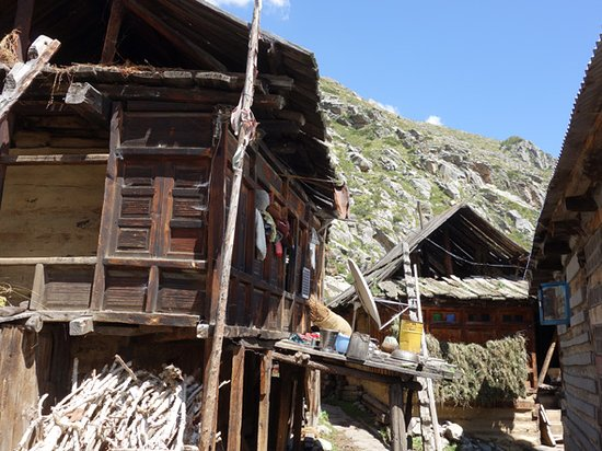 Sangla, India: Narrow passages in between houses.