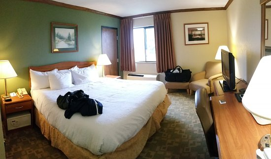 Barkers Island Inn: wide shot of the room