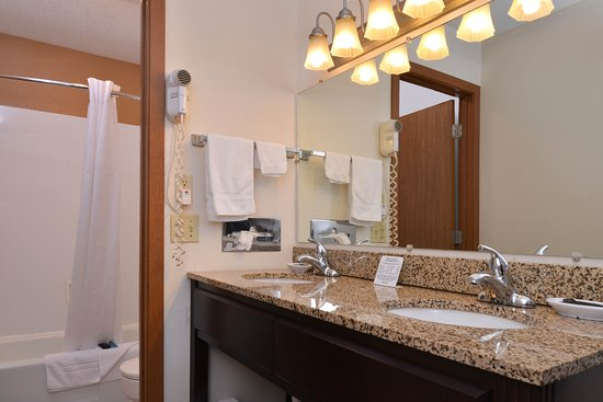 Atlantic, IA: Two Double Beds Guest Bathroom