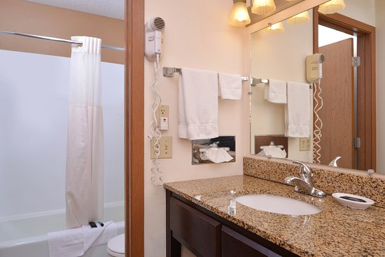 Atlantic, IA: Two Queen Beds Guest Bathroom