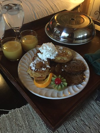 Crystal Cove Bed and Breakfast: Victorian Honeymoon Suite - Snack Bar - Breakfast