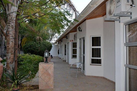 Out of Africa Town Lodge: vista delle camere che danno sul giardino