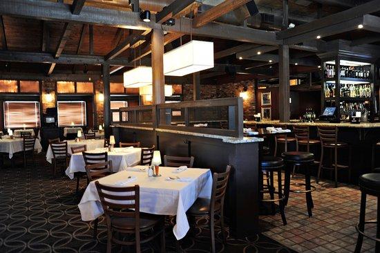Seekonk, แมสซาชูเซตส์: Dining Room at Chardonnay's