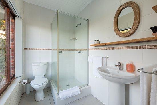 Wilderness, Sudáfrica: Kingfisher suite bathroom