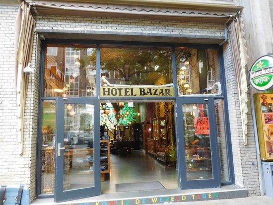 Hotel Bazar: De entree.