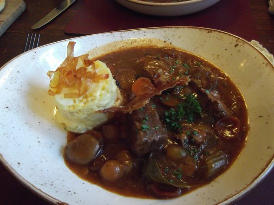 Austwick, UK: Beef Bourginion and gratin potatoes