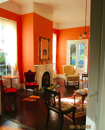Monticello, FL: relax in the antiques filled sitting room