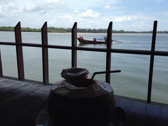 Kantang, Ταϊλάνδη: ร้านอาหารอร่อย บริการดี วิวสวย อาหารรอไม่นานค่ะ อยู่ติดท่าเรือหาดยาวที่จะไปเกาะลิบงเลย