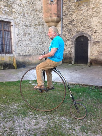 Avressieux, France: Le propriétaire, M. PRIERE, en pleine démonstration, sur son grand bi