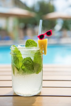 Sunshine Suites Resort: Poolside Drinks