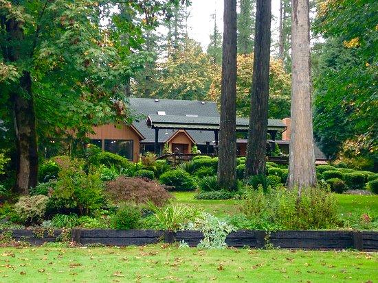 Vida, OR: Grounds and Lodge