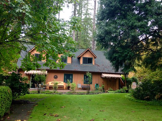 Vida, OR: Forest House outside lodge (Songbird and two other rooms)