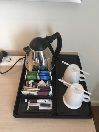 Schwaig, Tyskland: Room 119, standard king with hair dryer, kettle and free bottle of water