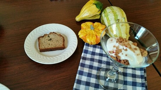 Inn at Whitewing Farm B&B: Fresh Nut bread and parfait