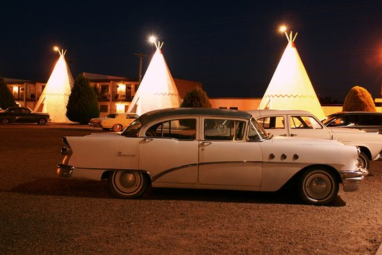 Wigwam Motel: Parking lot decor
