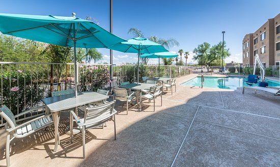 Lexington Inn & Suites - Goodyear / West Phoenix: Enjoy your meal outside!