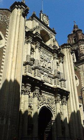 Pinacoteca de la Profesa: Bella fachada donde destaca el conjunto escultórico en relieve.