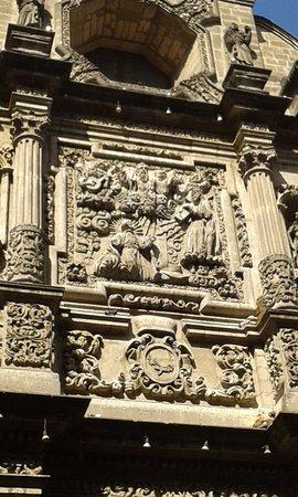 Pinacoteca de la Profesa: Conjunto escultórico en relieve: Destaca Jesús cargando la Cruz y el Padre eterno.