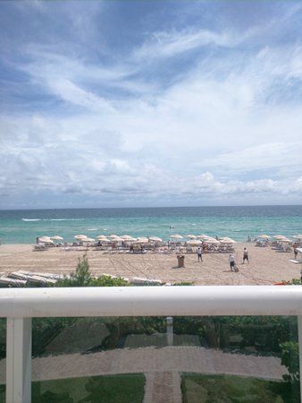 Sunny Isles Beach, FL: Sitting by the pool looking at the beach!