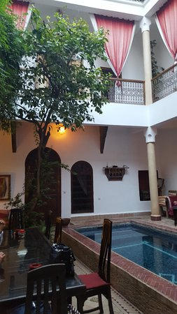 Riad El Zohar: Breakfast was served in this gorgeous area each morning