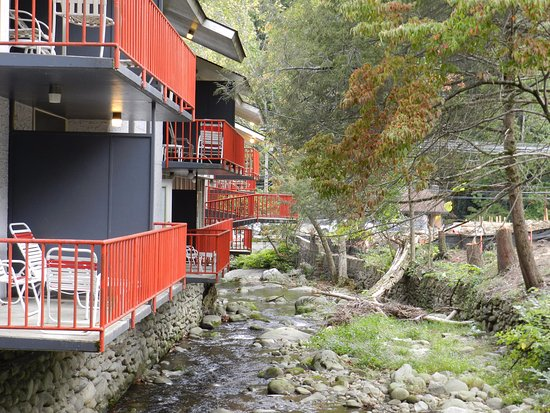 Zoders Inn & Suites: All the rooms on the creek have a balcony on the creek.