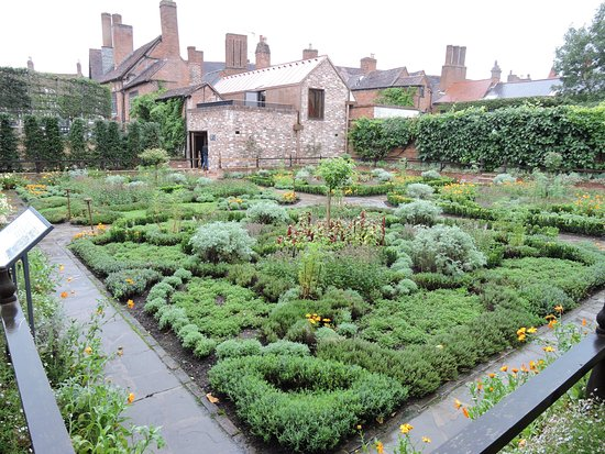 The knot garden where Shakespeare would have had a vegetable garden ...