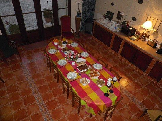 Maison Carre: table du petit déjeuner pour 6 personnes