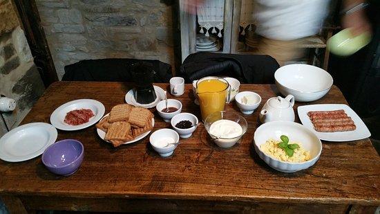 """Bettola, Italia: La """"leggera"""" colazione continentale offerta dalla casa"""