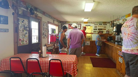 Spyke's Bar-B-Que: prima sala con bancone