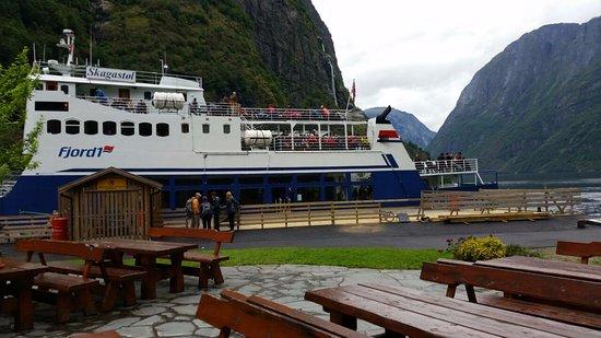 Gudvangen, Norvège : יציאה לשייט ליד המסעדה
