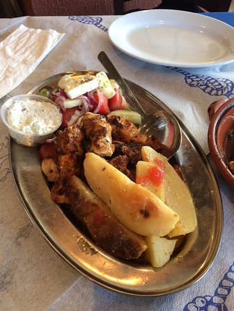 Bloomfield, Nueva Jersey: Grilled chicken platter with lemon potatoes and Greek salad (lemon potatoes rule!)