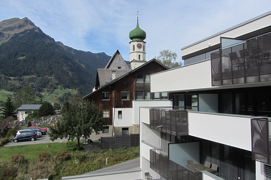 Sankt Gallenkirch, Austria: Uitzicht op de kerk en bergen
