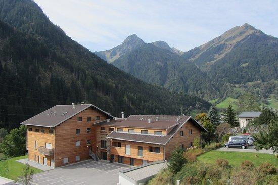 Appart Gastauer: UItzicht op gebouw 1 en bergen