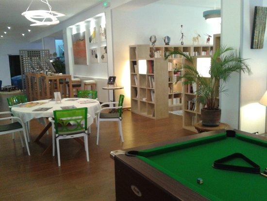 Cajarc Blue Hotel : bibliothèque et business corner