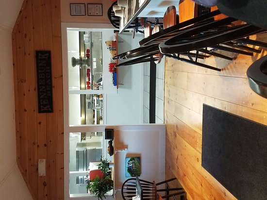 Arundel, เมน: Looking towards kitchen from bar