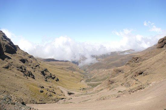 Major Adventures - Day Tours : Sani Pass met scherpe stijle bochten