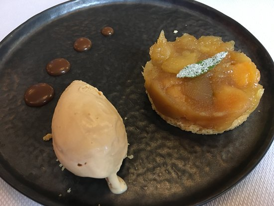 Charolles, Prancis: tatin de pommes accompagné d'une glace caramel