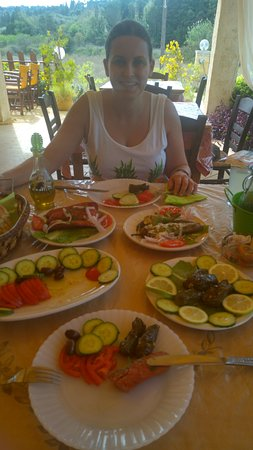 Peroulades, Grecia: Stuffed peppers, village sauage, dolmades and tomator and cucumber salad