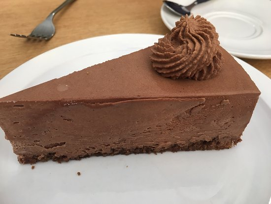 Slane, Irlandia: Chocolate mousse cake is out of this world! We had an amazing lunch of chicken Caesar salad. Wha