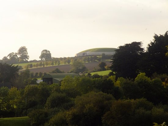 Donore, Irland: Newgrange from the visitor centre