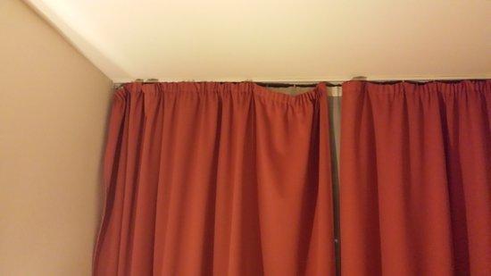 Csaszar Hotel: damaged room curtains